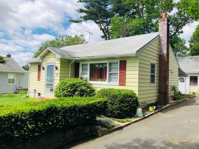 3 BR,  2.00 BTH  Ranch style home in Glen Cove